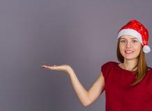 Mujer sonriente joven en casquillo de la Navidad Imagenes de archivo