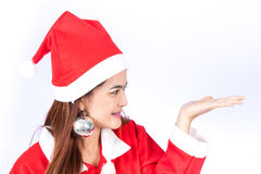 Mujer sonriente joven en el sombrero de santa, regalo de la Navidad de los controles Imagen de archivo