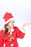 Mujer sonriente joven en el sombrero de santa, regalo de la Navidad de los controles Foto de archivo