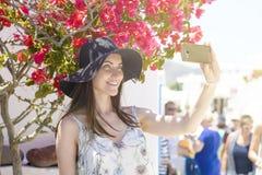 Mujer sonriente joven en el sombrero que toma un selfie el vacaciones Imagenes de archivo