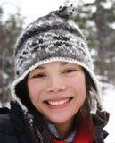 Mujer sonriente joven en invierno Foto de archivo libre de regalías