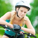 Mujer sonriente joven en la bici Imágenes de archivo libres de regalías