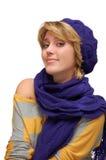 Mujer sonriente joven en la boina violeta Foto de archivo libre de regalías