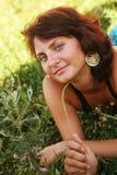 Mujer sonriente joven en la hierba Fotografía de archivo