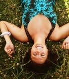Mujer sonriente joven en la hierba Fotos de archivo