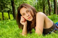 Mujer sonriente joven en la hierba Imagen de archivo