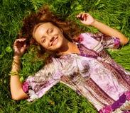 Mujer sonriente joven en la hierba Fotos de archivo libres de regalías