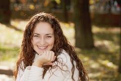Mujer sonriente joven en parque Imagenes de archivo