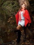 Mujer sonriente joven en parque del otoño Fotografía de archivo libre de regalías