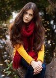 Mujer sonriente joven en parque del otoño Imagen de archivo