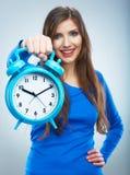 Mujer sonriente joven en reloj azul del control Muchacha sonriente hermosa Foto de archivo libre de regalías