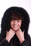 Mujer sonriente joven en una chaqueta. Foto de archivo libre de regalías