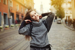 Mujer sonriente joven feliz que juega con su pelo hermoso largo entonado Imagen de archivo