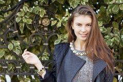 Mujer sonriente joven hermosa con el pelo oscuro largo Imagen de archivo libre de regalías
