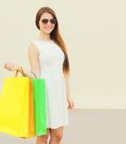 Mujer sonriente joven hermosa en el vestido blanco con los panieres Fotos de archivo