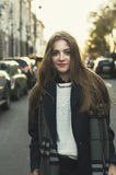 Mujer sonriente joven que camina en la calle Fotos de archivo libres de regalías