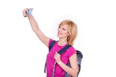 Mujer sonriente joven que hace el selfie con el teléfono Fotos de archivo