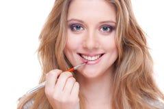 Mujer sonriente joven que hace rostro Imagen de archivo libre de regalías