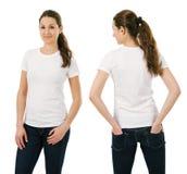 Mujer sonriente joven que lleva la camisa blanca en blanco Foto de archivo libre de regalías