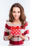 Mujer sonriente joven que sostiene la caja de regalo Fotografía de archivo