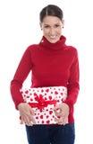 Mujer sonriente joven que sostiene una caja de regalo para la tarjeta del día de San Valentín o el christma Fotos de archivo