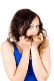 Mujer sonriente joven que tira de su pelo Imagenes de archivo