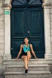 Mujer sonriente joven que viaja y que visita Europa Verano que viaja a Europa y a la cultura mediterránea Calles coloridas, vieja imagen de archivo