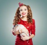 Mujer sonriente joven y pequeño cerdo, retrato de la moda imagen de archivo