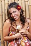 Mujer sonriente latina hermosa con una flor Foto de archivo libre de regalías