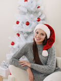 Mujer sonriente linda cerca del árbol de navidad en los colores blancos Imágenes de archivo libres de regalías