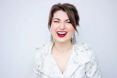 Mujer sonriente linda divertida en la chaqueta elegante blanca Muchacha de risa hermosa Fondo blanco, no aislado Imagen de archivo libre de regalías