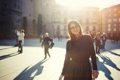 Mujer sonriente linda que le mira Imagen de archivo libre de regalías