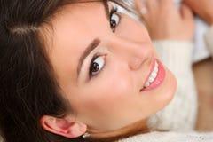 Mujer sonriente morena hermosa imagen de archivo