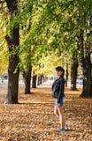Mujer sonriente morena joven en un paseo en el parque foto de archivo