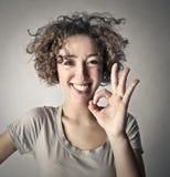 Mujer sonriente que dice muy bien Fotos de archivo libres de regalías