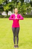Mujer sonriente que ejercita al aire libre Imagen de archivo