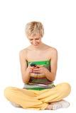 Mujer sonriente que envía sms Imagen de archivo