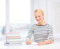Mujer sonriente que estudia en universidad Imagen de archivo