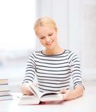 Mujer sonriente que estudia en universidad Fotografía de archivo libre de regalías