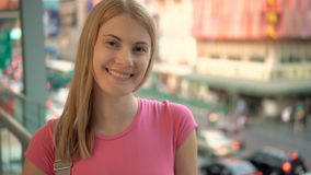 Mujer sonriente que goza de la calle de la ciudad Colocación en el puente en ciudad ocupada urbana Camino con los coches en fondo metrajes