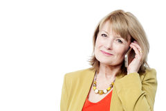 Mujer sonriente que habla en el teléfono celular Fotografía de archivo libre de regalías