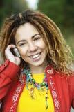 Mujer sonriente que habla en el teléfono móvil Imagen de archivo