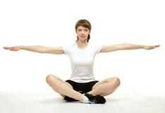 Mujer sonriente que hace ejercicios del deporte Imagen de archivo