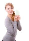 Mujer sonriente que lleva a cabo el modelo de la casa Fotos de archivo
