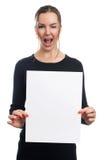 Mujer sonriente que lleva a cabo el tablero blanco de la muestra Imágenes de archivo libres de regalías