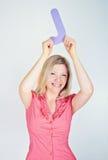 Mujer sonriente que lleva a cabo la letra J Imagen de archivo libre de regalías