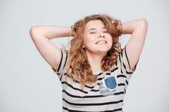 Mujer sonriente que mira la cámara Foto de archivo libre de regalías