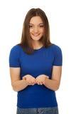 Mujer sonriente que muestra algo en las palmas Fotografía de archivo libre de regalías