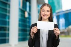 Mujer sonriente que muestra el espacio de la copia Foto de archivo libre de regalías