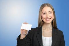 Mujer sonriente que muestra el espacio de la copia Imagenes de archivo